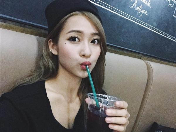 Cũng không hề thua kém cô bạn thânQuỳnh Anh Shyn, Khả Ngânđang ngày một nỗ lực để khẳng định tên tuổi, vị trí của mình trong lòng người hâm mộ.(Ảnh: Internet)