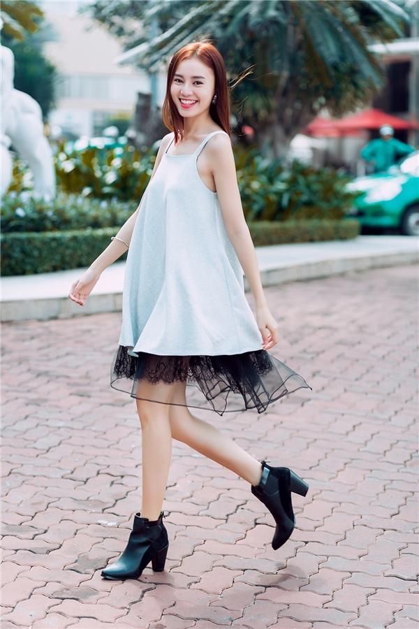 Nếu muốn mang đến vẻ ngoài gợi cả, quyến rũ hơn, các cô gái có thể diện bộ váy cùng giày cao gót thanh mảnh thay vì giày boots da cổ thấp.