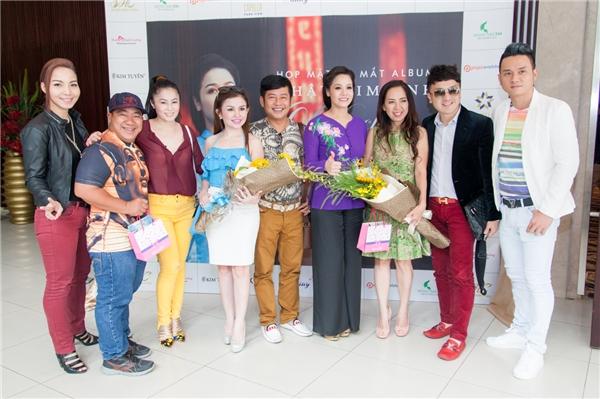Nhật Kim Anh tươi tắn chụp hình cùng với các nghệ sĩ cũng như bạn bè thân thiết trong buổi họp báo. - Tin sao Viet - Tin tuc sao Viet - Scandal sao Viet - Tin tuc cua Sao - Tin cua Sao