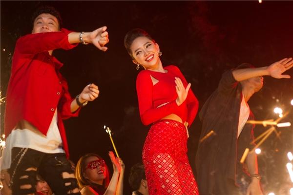 """Tóc Tiên chia sẻ: """"Với The Beat of Celebration, Tiên và các bạn bè thân thiết muốn gửi tặng đến khán giả một ca khúc thật chất để các bạn có thể quẩy tưng bừng trong các cuộc vui"""". - Tin sao Viet - Tin tuc sao Viet - Scandal sao Viet - Tin tuc cua Sao - Tin cua Sao"""