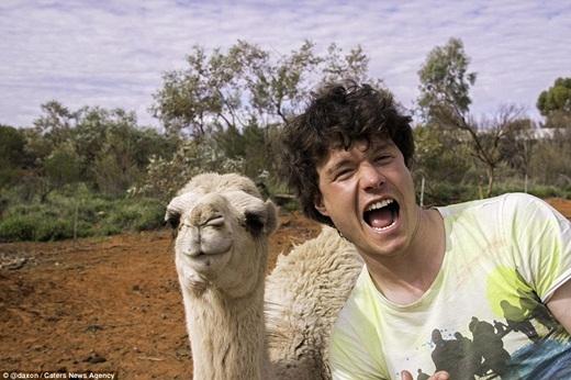 Allan có lượng người theo dõi đáng kể nhờ những bức ảnh nhắng nhít cực yêu cùng động vật. (Ảnh: Internet)
