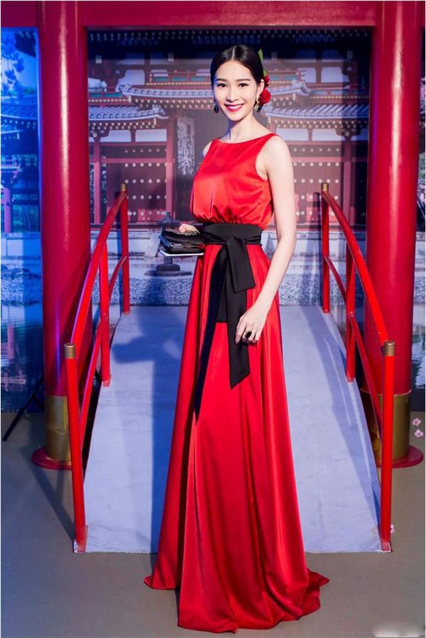 Với bộ váy đỏ kết hợp thắt lưng đen này, đây là lần hiếm hoi hoa hậu Đặng Thu Thảo mang đến vẻ ngoài khá cầu kì với mái tóc cùng kiểu trang điểm khá ấn tượng. Chất liệu lụa bóng mềm mại góp phần tăng thêm vẻ thướt tha, sang trọng cho người đẹp gốc Bạc Liêu.