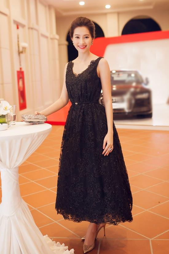 Thu Thảo như một nàng công chúa trong buổi tiệc đêm khi diện chiếc váy đen bồng bềnh kết hợp vải ren ánh kim nổi bật.