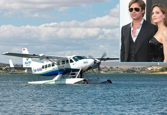 Hai ngày qua, các bức ảnh Angelina Jolie, Brad Pitt đi thăm Hạ Long vào ngày 20/12 đã xuất hiện trên mạng, chính thức cho thấy đôi vợ chồng nổi tiếng Hollywood này đã đến Việt Nam. Theo đó, trong sáng 20/12, Angelina Jolie và Brad Pitt tới vịnh Hạ Long bằng thủy phi cơ để tham quan danh lam thắng cảnh.