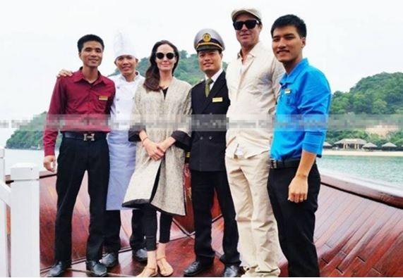 Cặp sao ăn mặc giản dị khi đi du ngoạn trên vịnh và tươi tắn chụp hình.
