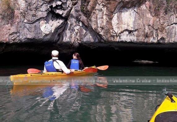 Bộ đôi còn tự tay chèo thuyền kayak để đi sâu vào trong các mõm đá. Tại Hà Nội, Angelina Jolie và Brad Pitt được cho là đã đi thăm phố cổ như hai người khách du lịch bình thường, giản dị, ít ai phát hiện.
