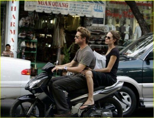 Đây là lần thứ tư Angelina Jolie đến Việt Nam kể từ chuyến đi đầu tiên cùng Brad Pitt năm 2006. Khi đó, Brad Pitt đã chở Jolie bằng xe máy đi dạo phố Sài Gòn. Đến nay sau nhiều năm, cặp đôi vẫn rất hạnh phúc khi trở lại Việt Nam (Nguồn: Ngôi sao, Tuổi trẻ)