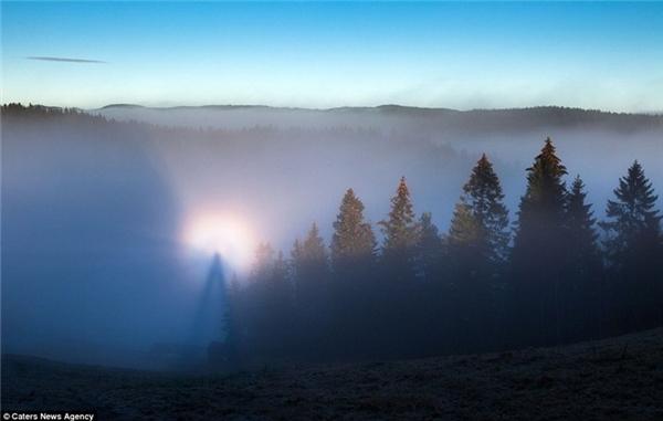 Hiện tượng Broken Spectre xảy ra khi có bóng người được in lên lớp sương mù dày đặc bởi ánh sáng mặt trời. (Ảnh: Internet)