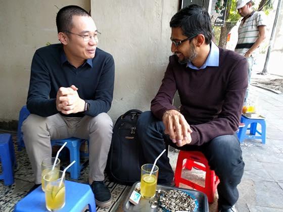"""Ông Pichai tỏ ra khá thoải mái và cởi mở trong buổi trò chuyện đậm chất""""trà chanh chém gió"""" cùng Nguyễn Hà Đông.(Ảnh: FB)"""