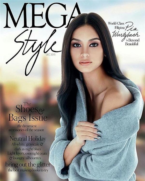 Hình ảnh đầy mê hoặc của Pia trên một tạp chí thời trang.
