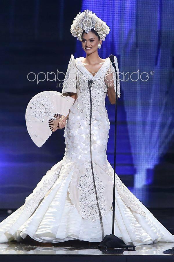 Pia trong phần thi trang phục truyền thống tại Miss Universe 2015.