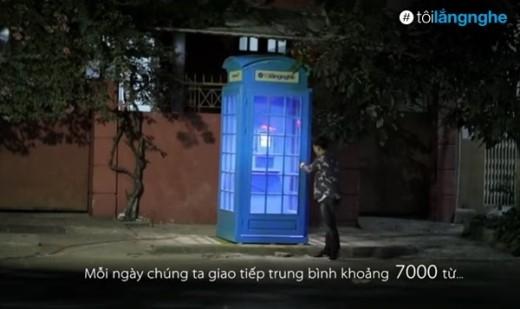 """Chiếc bốt điện thoại chứa cuộc gọi vào không trung trong clip """"Tôi lắng nghe""""."""