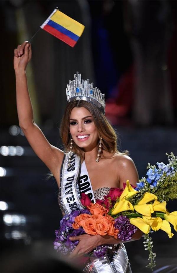 Á hậu 1 Ariadna GutierrezColombia trong giây phút nhận vương miện do MC công bố nhầm kết quả.