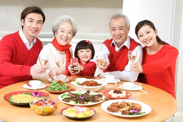 Về nhà ăn cơm cùng bố mẹ cũng là một gợi ý hay cho đêm giáng sinh đấy nhé. (Ảnh: Internet)