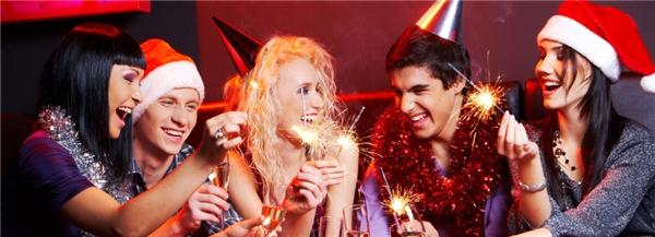 Nếu sống xa nhà, bạn cũng có thể chọn cách tổ chức tiệc cùng đám bạn thân. (Ảnh: Internet)