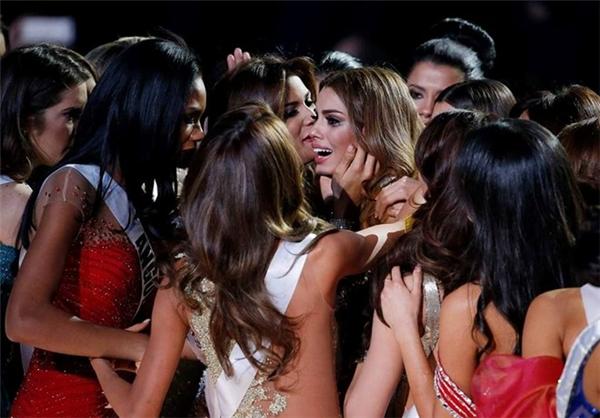Hoa hậu Colombia rơi nước mắt sau sự cố đăng quang 2 phút. Ảnh: Getty