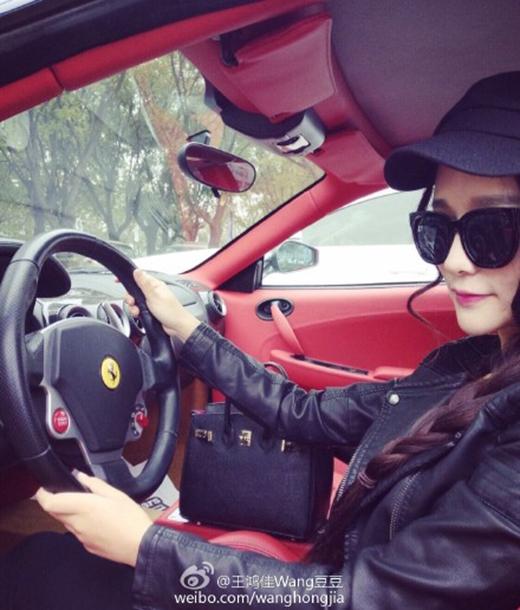 Hot girl chuyên mượn siêu xe để chụp ảnh