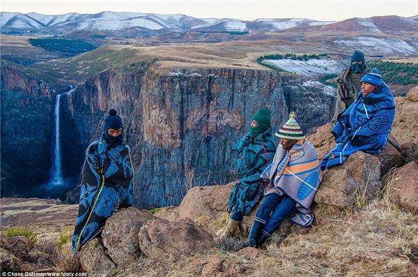 Tác phẩm đạt giải thưởng nhiếp ảnh gia trẻ của năm thuộc về Chase Guttman, một nhiếp ảnh gia 18 tuổi người Mĩ, với hình ảnh về tộc trưởng bộ tộc Lesotho Basuto và những người mục đồng ở gần Semonkong, Lesotho.