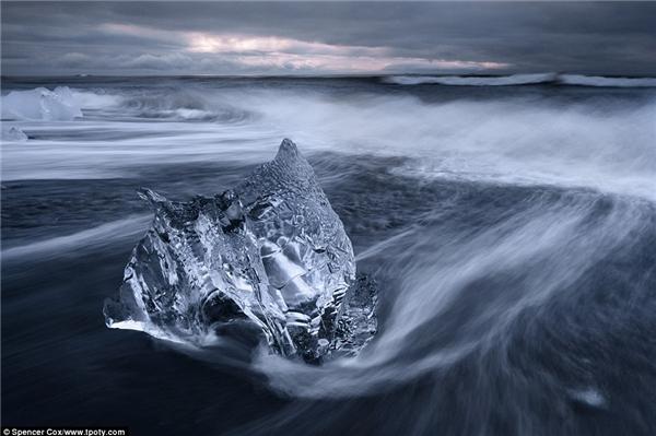 Có ai tin được khoảnh khắc ấn tượng tại biển Jökulsárlón, Iceland được một nhiếp ảnh gia 18 tuổi ghi lại? (Ảnh: Spencer Cox, Mĩ)