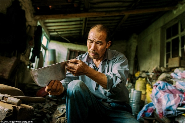 Người thợ rèn ở Giang Tô. (Ảnh: Zhu Jingyi, Trung Quốc)