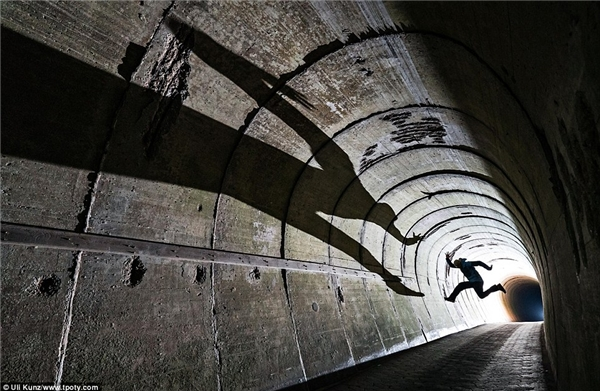 Vệt bóng đổ dài trên tường của một người đàn ông làm nên nét độc đáo của bức ảnh. (Ảnh: Uli Kunz, Đức)