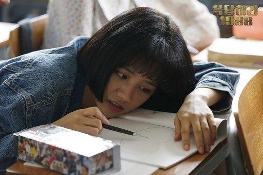 Dù bị ném đá tả tơi khi nhận vai nữ chính trong Reply 1988 nhưng Hyeri (Girl's Day) bằng nỗ lực không ngừng nghỉ đang dần chiếm được tình cảm của đông đảo khán giả. Nữ thần tượng sẽ tiếp tục bận rộn trên phim trường để hoàn thành những cảnh quay tiếp theo của phim vào dịp Giáng sinh năm nay.
