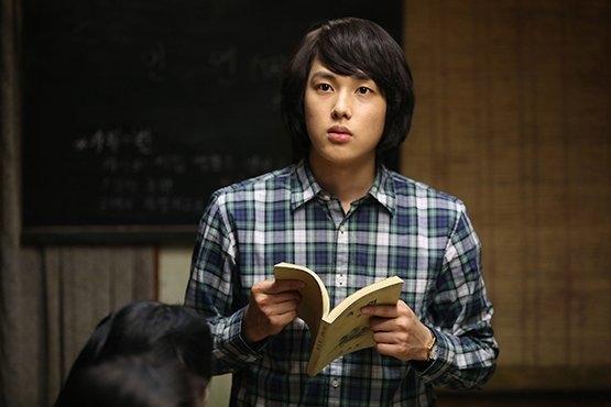Trong khi đó, cậu bạn cùng nhóm, Siwan đang được khán giả mong chờ sự trở lại trong phim điện ảnh A Melody To Remember. Hiện anh đang tất bật chuẩn bị cho hoạt động quảng bá phim, ngay cả vào dịp Giáng sinh.