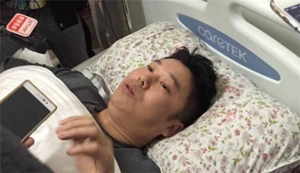 Anh Dương trả lời phóng viên trong nghẹn ngào.