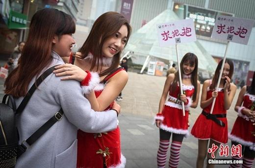 Một bạn nữ vui vẻ thực hiện cái ôm. (Nguồn Chinanews.com)