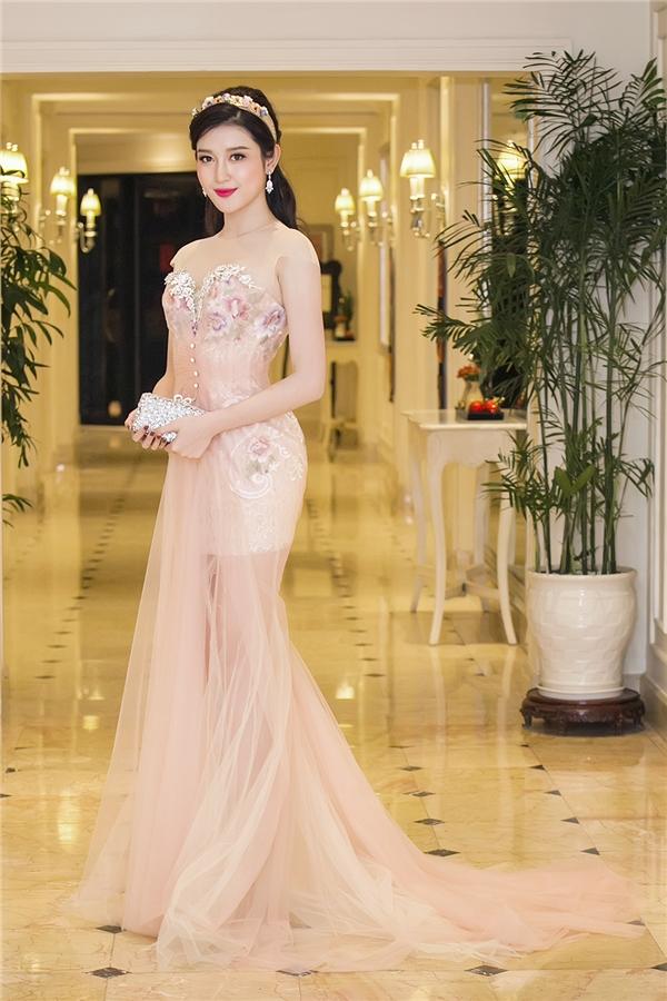 Trong một sự kiện gần đây, Huyền My mang đến vẻ ngoài điệu đà, ngọt ngào như nàng công chúa bước ra từ chuyện cổ tích khi diện váy voan đuôi cá với màu sắc trang nhã. Cài tóc đính hoa càng làm tăng thêm nét duyên dáng cho áhậu Việt Nam 2014.