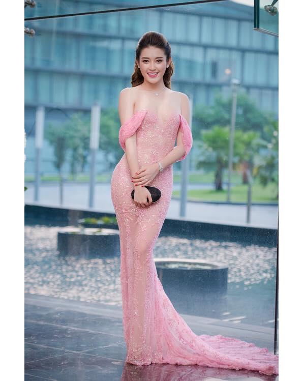 Bộ váy hồng với những chi tiết đính kết kì công được xem là một trong những bộ cánh đẹp nhất thảm đỏ năm 2015 của Á hậu Huyền My.
