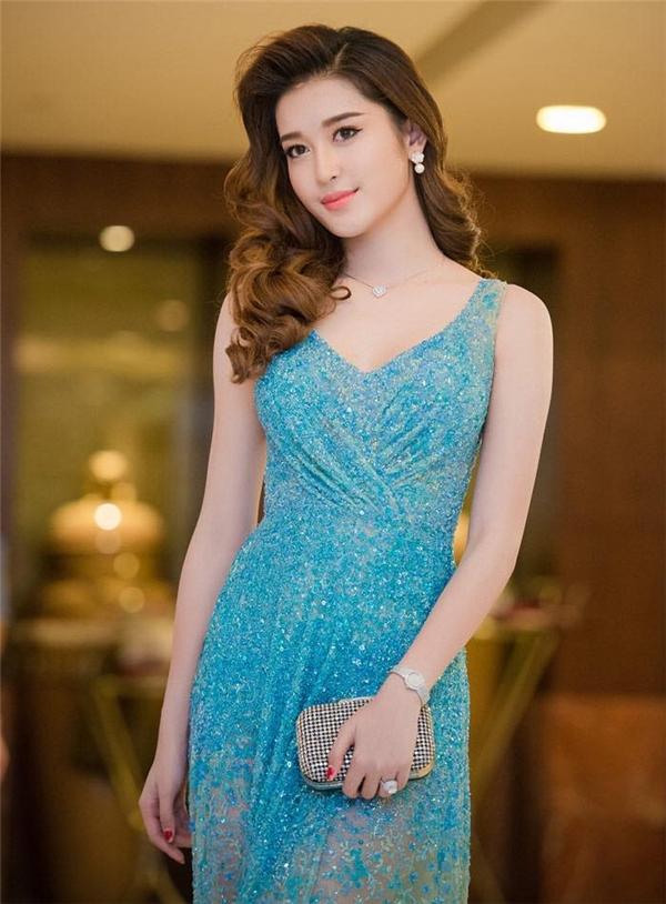 Sắc xanh mang đến vẻ ngoài trẻ trung, tươi mới cho Huyền My. Bộ váy này cũng từng được Phạm Hương diện và sử dụng làm hình ảnh chính thức tại Hoa hậu Hoàn vũ 2015.