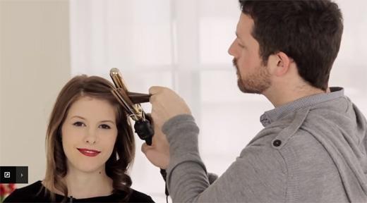 Bây giờ gỡ phần tóc trên đỉnh đầu xuống, bôi serum, và tiếp tục uốn giống như phần bên dưới. (Ảnh: Youtube)