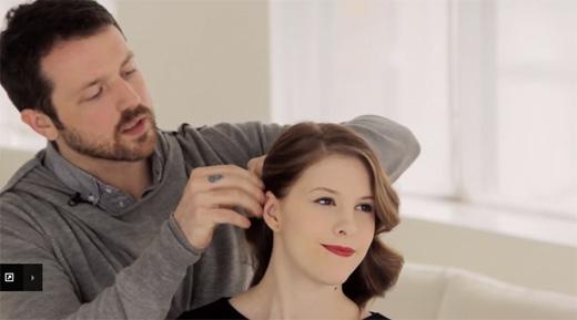 Ở một bên đầu, dùng 2 cây ghim ghim cố định tóc lại, rồi vén hết tóc qua bên còn lại. (Ảnh: Youtube)