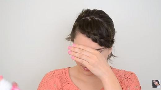 Xịt keo tóc lên cho tóc vào nếp. (Ảnh: Youtube)