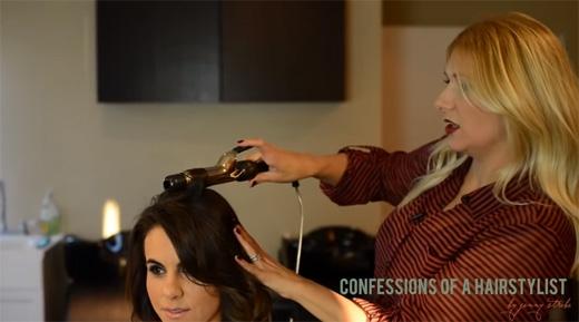Dùng uốn tóc uốn sơ vài lọn tóc để dễ làm hơn. (Ảnh: Youtube)