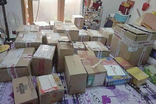 Trong căn nhà 15m vuông của cụ Vương la liệt những thùng các tông đựng thuốc làm nở ngực.