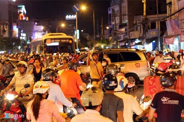 Ngã tư Phan Văn Trị - Nguyễn Thái Sơn bắt đầu kẹt từ 17h45, dòng xe kéo dài hàng km. Nhiều thời điểm xe không nhích được, người đi xe máy phải gạc chống xe ngồi chờ. Dù có 3 CSGT và một số dân phòng nhưng đến 19h45 điểm kẹt xe này vẫn chưa được giải tỏa. Ảnh:Quang Hiếu.