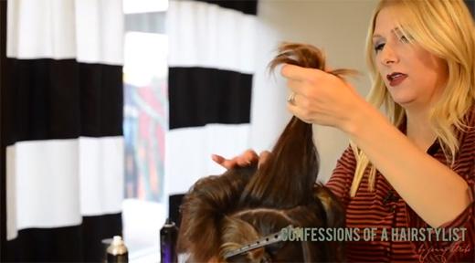 Trở lại với phần đỉnh đầu, chia đôi tóc ở đây ra. (Ảnh: Youtube)