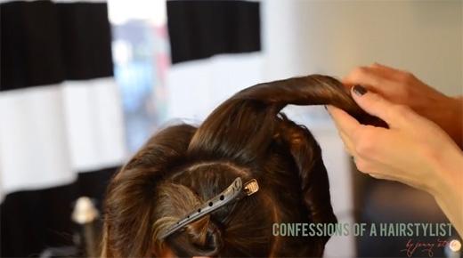 Cuộn tóc lại rồi ghim chặt vào phần tóc phía sau. (Ảnh: Youtube)
