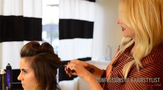 Đối với phần tóc 2 bên, bạn cũng chia đôi, cuộn lại, rồi ghim ra sau. (Ảnh: Youtube)