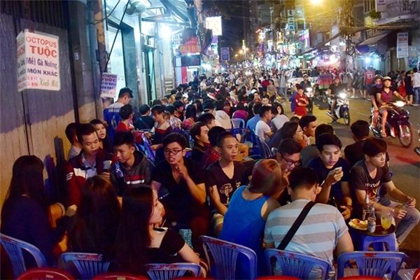 Tại các tuyến phố Tây nổi tiếng Sài Gòn như Bùi Viện, Phạm Ngũ Lão giới trẻ tập trung ăn uống vỉa hè đông đúc. Năm nay, nơi đây khá vắng bóng người nước ngoài. Ảnh:Lê Quân.