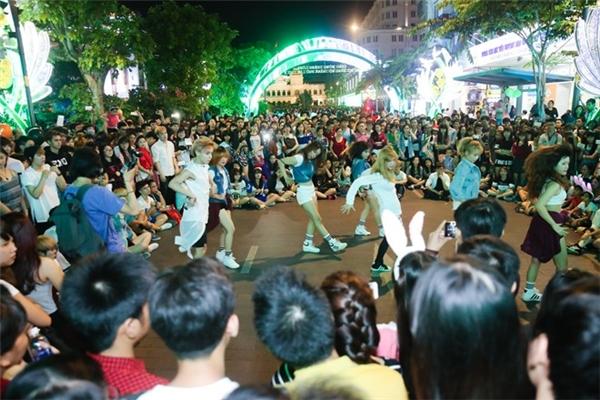 Trên phố đi bộ Nguyễn Huệ (quận 1), nhiều nhóm bạn trẻ tổ chức nhảy múa, chơi nhạc thu hút nhiều người vây quanh đón xem. Ảnh:Hải An.