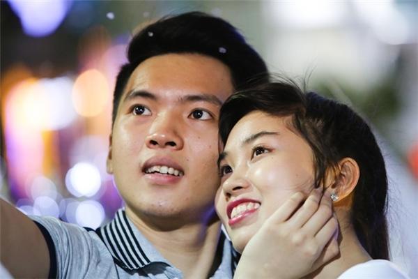 Đôi bạn trẻ Huỳnh Tuấn Phước và Phạm Ngọc Thuỳ Vân yêu nhau đã hai năm. Đây là lần đầu tiên hai người đi đón Noel trên phố đi bộ Sài Gòn. Ảnh:Hải An.