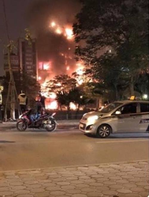 Khoảng 0 giờ 15 phút ngày 24/12,người dân sinh sống tại đường Nguyễn Khang (Cầu Giấy, Hà Nội) vô cùng hoảng sợ khi phát hiện đám cháy lớn bất ngờ bùng lêntừ ngôi nhà số 29 rồi nhanh chóng lan rộng sang các nhà bên cạnh, trong đó có quán karaoke cao 6 tầng ở số 31. Ảnh: FB