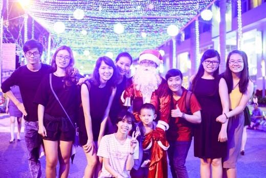 """Nhiều nhóm bạn trẻ rủ rê nhau cùng đến """"check in"""" tại đường Giáng sinh Xanh!"""