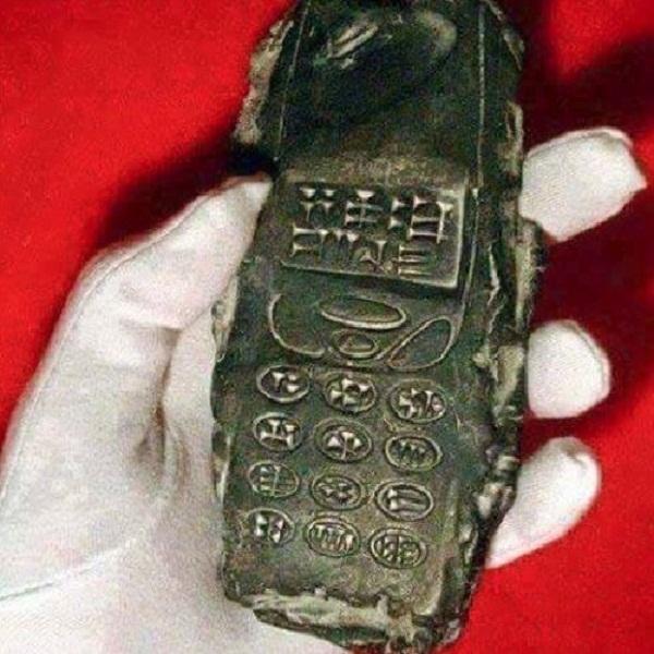 """Chiếc điện thoại với với """"bàn phím"""" được khắc chữ tượng hình. (Ảnh: Internet)"""