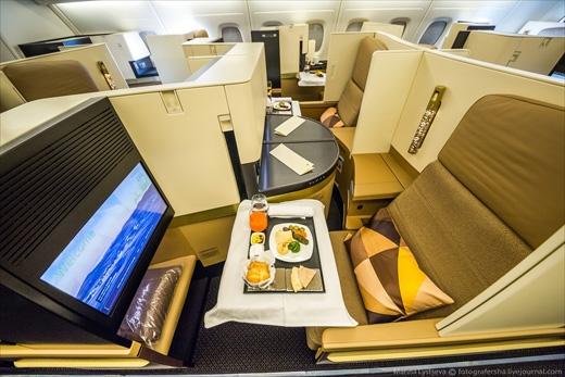 Ở hạng thương gia, mỗi hành khách đều có ghế ngồi riêng ngăn cách nhau. Ghế nàycó thể biến thành chiếc giường êm ái. (Ảnh: Marina Lystseva)