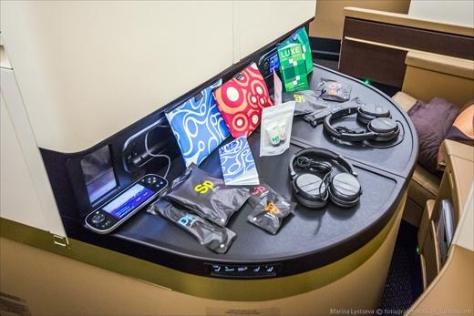 Mỗi hành khách đều được phục vụ miễn phí vớchân, nút tai, kem đánh răng, lược, cùng những món đồ cao cấp khác. (Ảnh: Marina Lystseva)