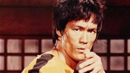 Đa phần mọi người đều không biết trước khi trở thành ngôi sao võ thuật hàng đầu thế giới, Lý Tiểu Long cũng từng làm diễn viên nhí trong bộ phim Tế Lộ Tường. Thời điểm đó anh chỉ mới 10 tuổi và thủ vai cậu bé bị ông chủ nhà máy bóc lột.